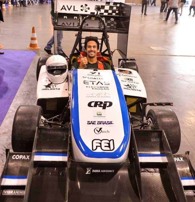 Lucas Di Grassi pilota carro de corrida elétrico desenvolvido por estudantes de engenharia